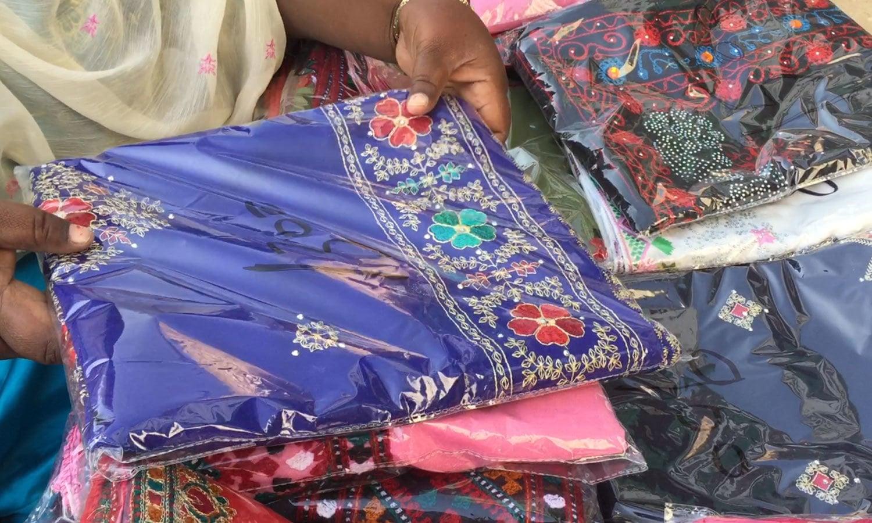 ان کے شوہر کاروبار میں چادریں اور شال لانے میں ان کی مدد کرتے ہیں — فوٹو : وقار محمد خان