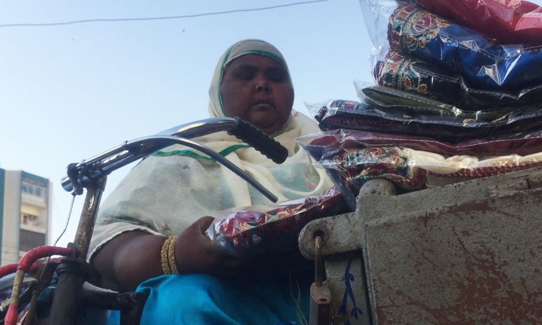 صاحبہ رانی نے 3 پہیوں والی سائیکل رکھی ہوئی ہے، جس پر وہ سفر کرتی ہیں — فوٹو : وقار محمد خان