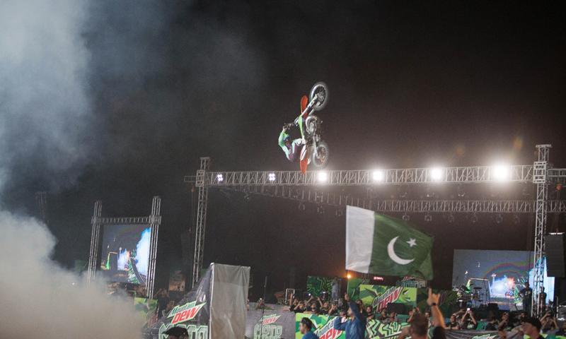 اسٹنٹ شو کے دوران پاکستانی پرچم سربلند ہے