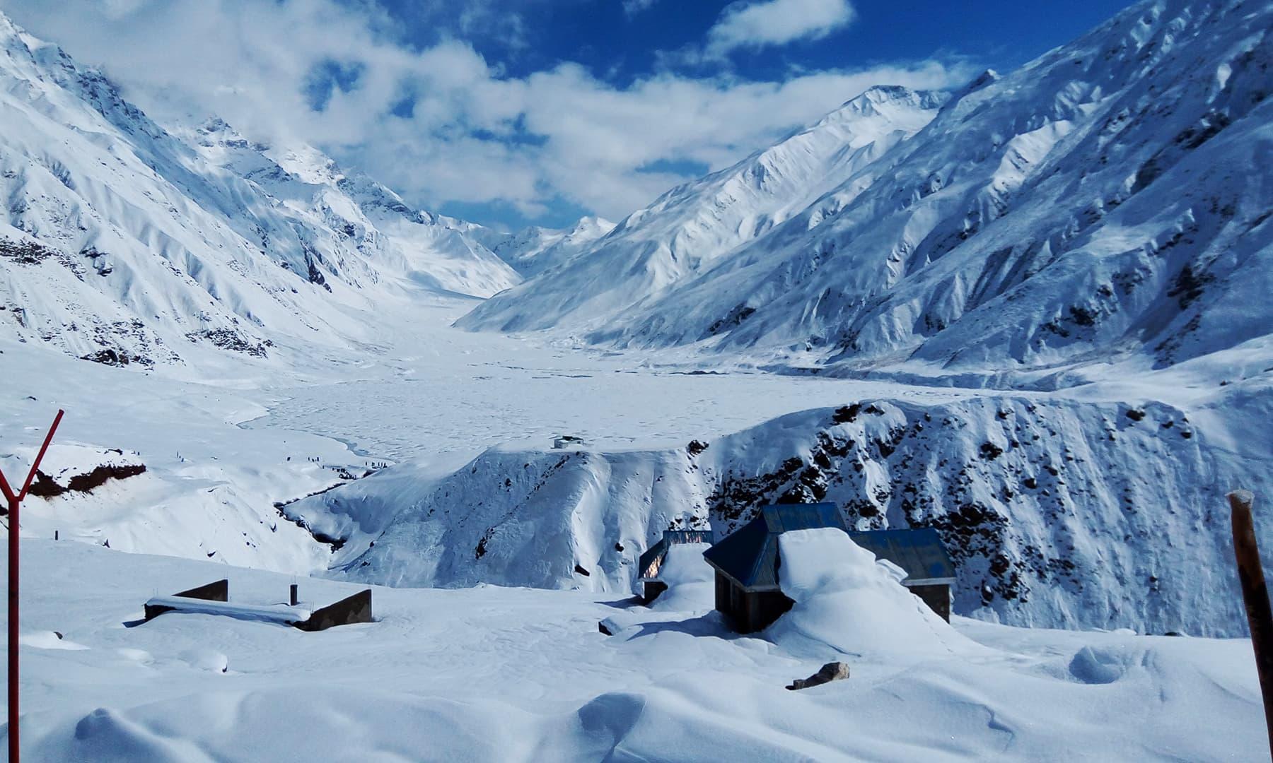 21 اپریل 2018ء کو چمکتی دمکتی برف میں ڈوبی جھیل سیف الملوک کی ایک تصویر—تصویر عظمت اکبر