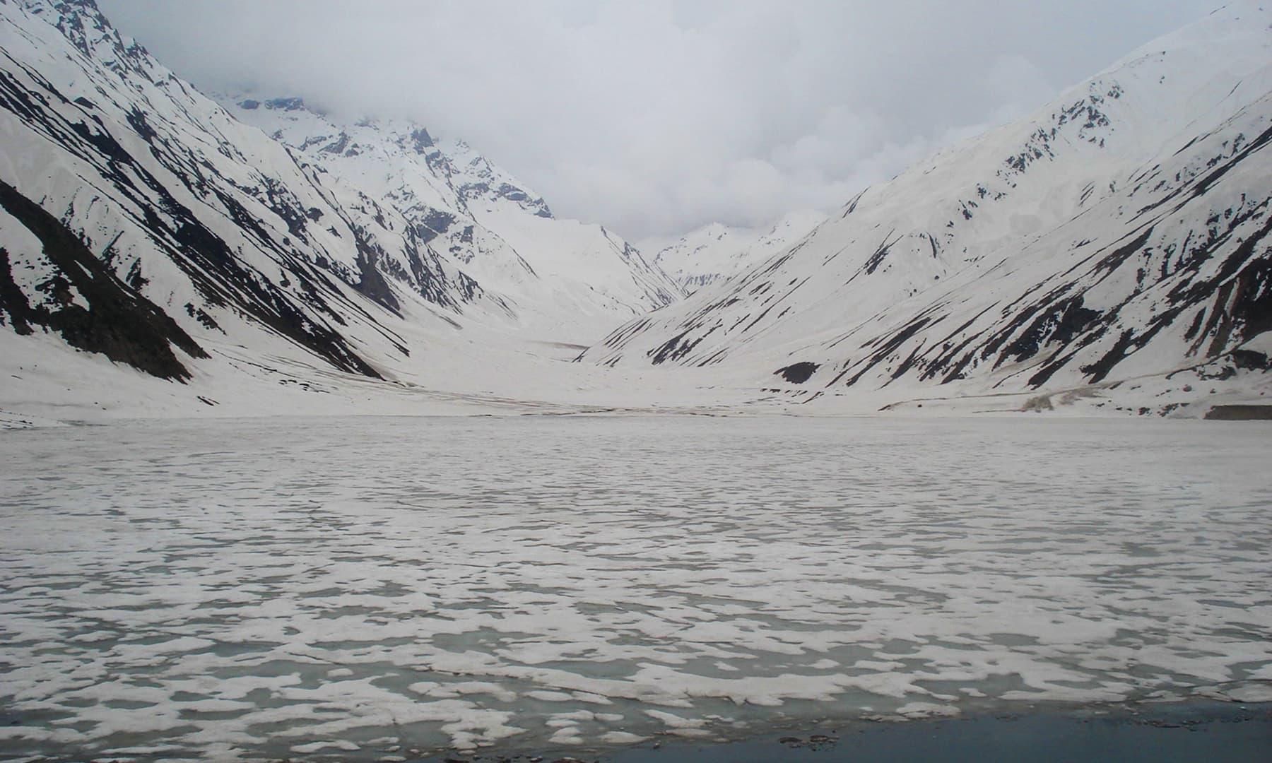 2007ء میں کھینچی گئی برفیلی جھیل کی ایک تصویر—تصویر عظمت اکبر