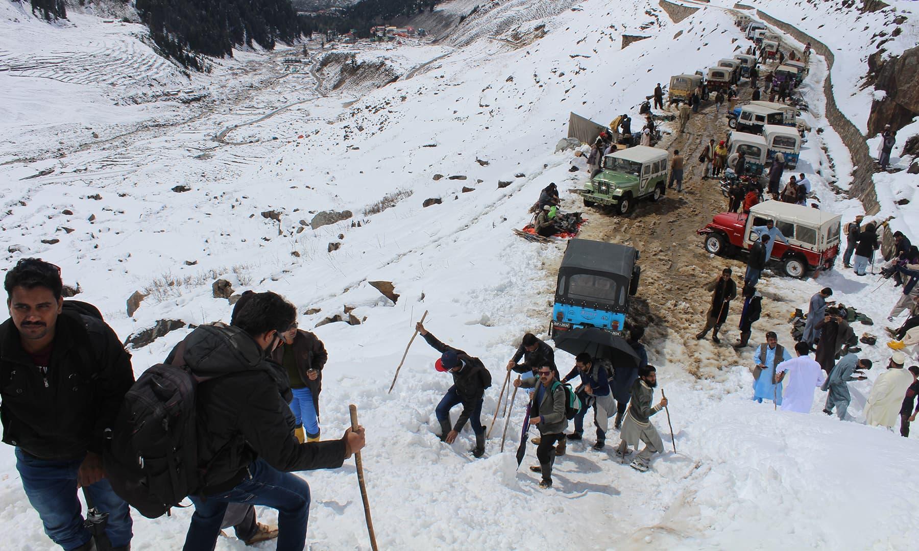 گلیشئیر پر ٹریکنگ کا ایک منظر—تصویر عابد علی