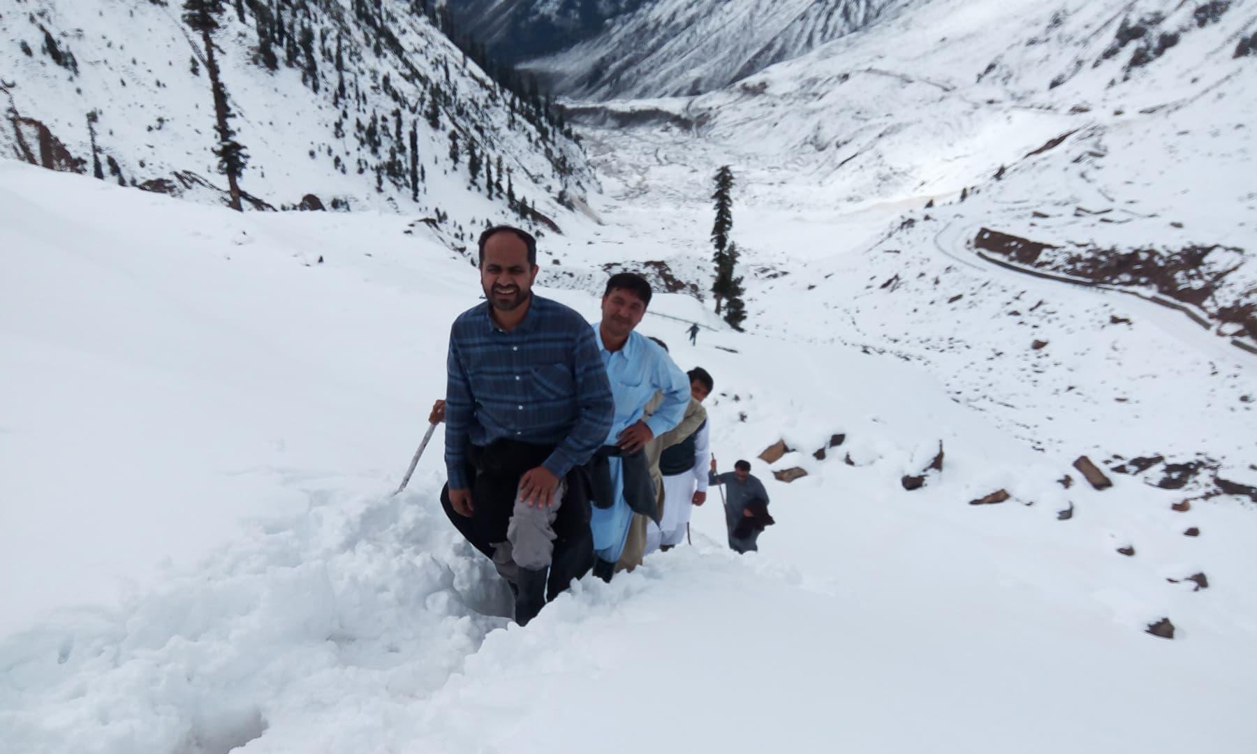 عمودی چڑھائی چڑھتے ہوئے کافی سیاح ہمت ہار جاتے ہیں اور واپس لوٹ جاتے ہیں—تصویر عامر