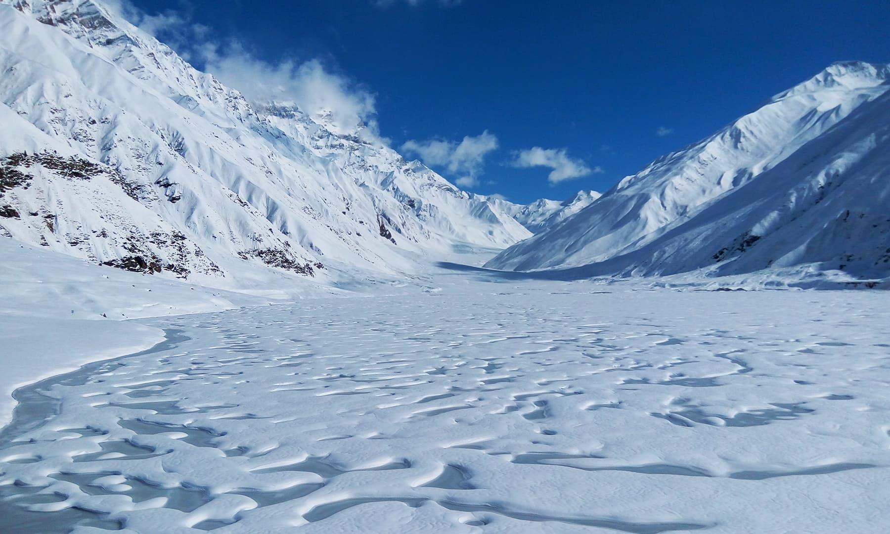 تازہ برف کی وجہ سے جھیل کا پانی پوری طرح جم گیا تھا—تصویر عظمت اکبر