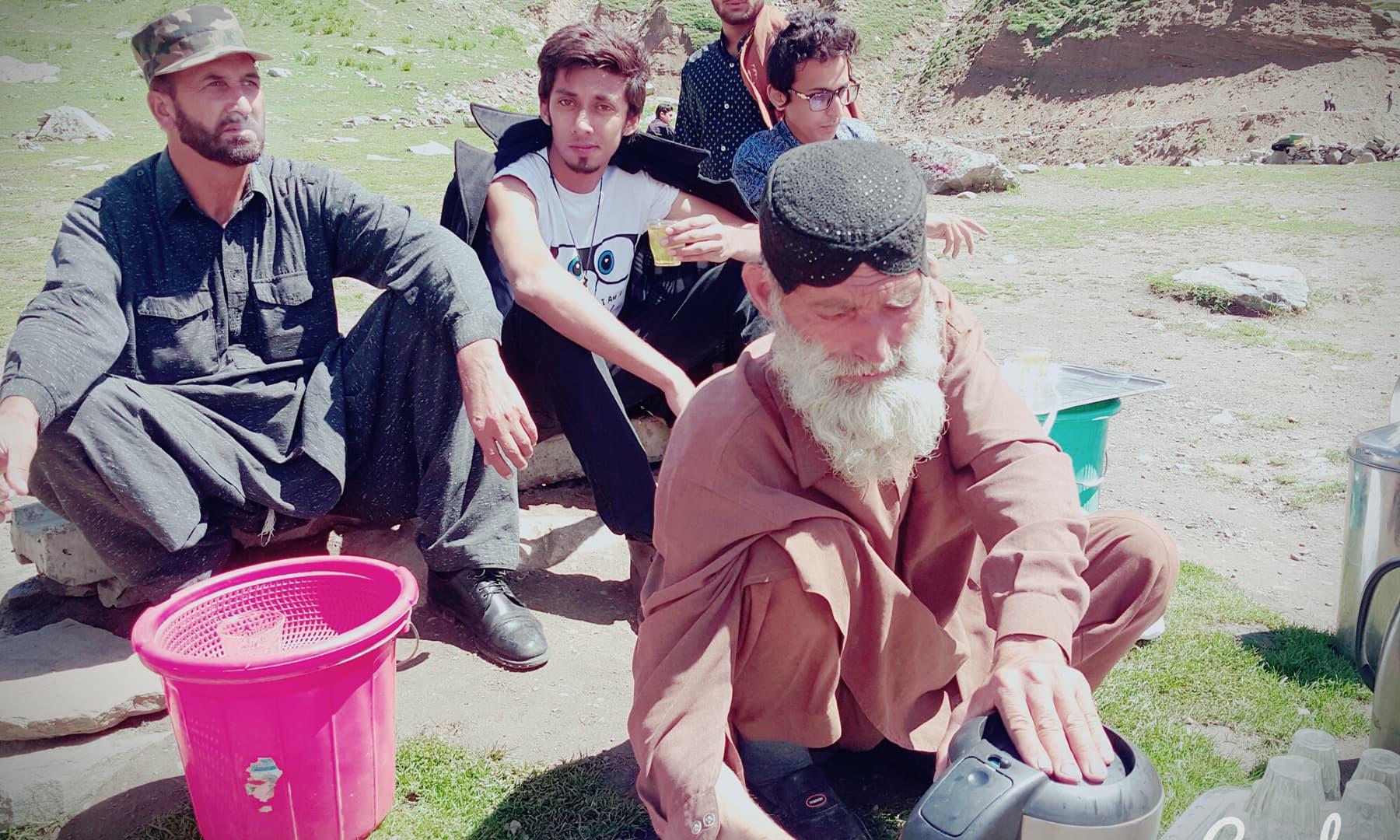 عبدالحلیم بابا 20 سال سے سیف الملوک جھیل پر پشاوری قہوہ سیاحوں کو پیش کرتے چلے آ رہے ہیں—تصویر عظمت اکبر