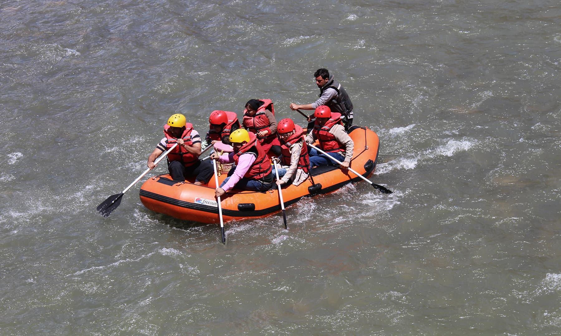 دریائے کنہار میں ریور رافٹنگ کا ایک منظر—تصویر وقاص چوہدری