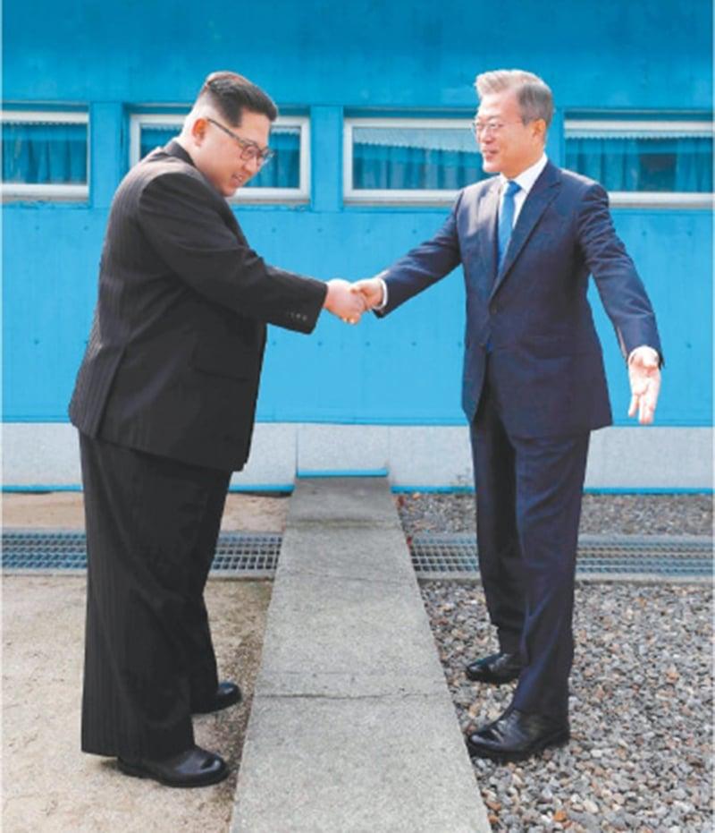 کمیونسٹ شمالی کوریا کے صدر کِم جونگ اُن نے پیدل سرحد پار کرکے جمہوریہ کوریا کے صدر مون جے اِن سے ملاقات کی—تصویر:اے پی
