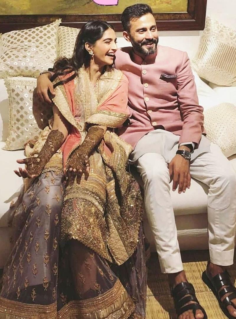 دولہا اور دلہن خوشگوار موڈ میں—فوٹو: سونم کی شادی انسٹاگرام