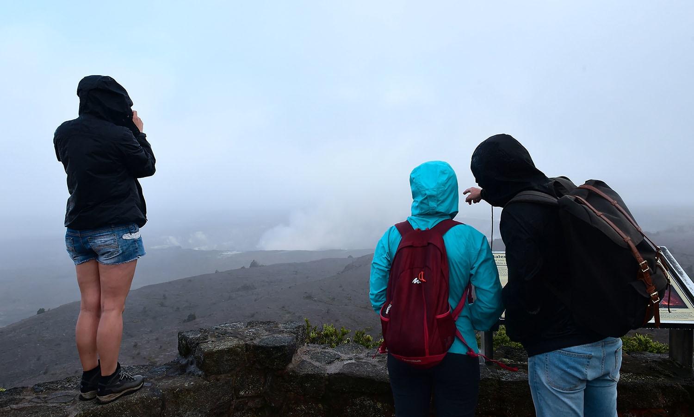 سیاح آتش فشاں کا نظارا کرنے کے لیے ہوائی کے نیژنل وولکینوز پارک میں موجود ہیں— فوٹو: اے ایف پی