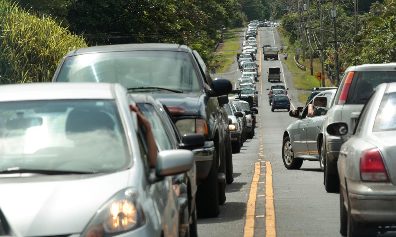مقامی افراد اپنے مکانات سے سامان منتقل کرنے آرہے ہیں جسکی وجہ سے ہائی ویز پر ٹریفک کا رش بڑھ گیا — فوٹو: اے پی