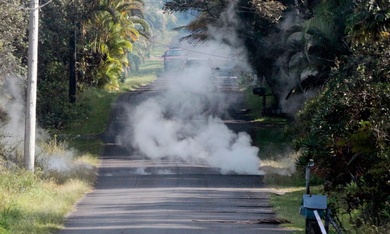 ہوائی میں آتش فشاں پھٹنے کے باعث دور تک بھاپ اڑتی نظرآرہی ہے — فوٹو اے پی