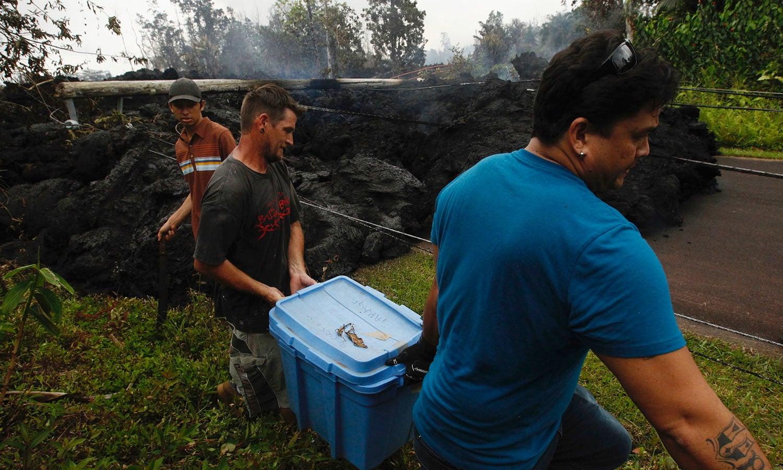 مقامی افراد آتش فشاں کے اثرات سے بچنے کے لیے نقل مکانی کررہے ہیں — فوٹو: اے پی