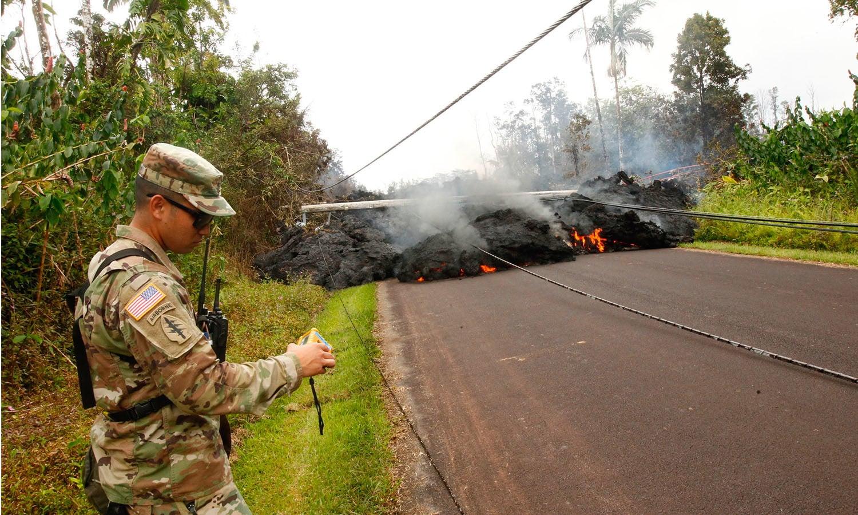 ہوائی میں آتش فشاں کا لاوا بہہ کر سڑک پر آگیا — فوٹو: اے پی