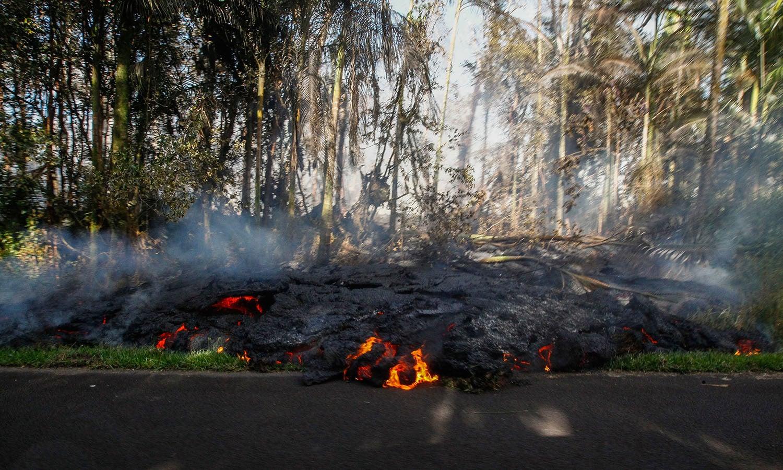 آتش فشان کا لاوا سڑک کنارے موجود ہے— فوٹو: اے پی