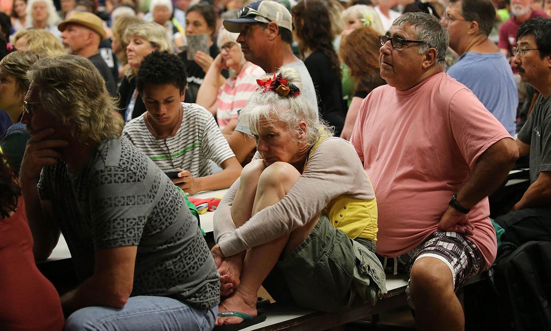 مقامی افراد آتش فشاں کے حوالے ایک کمیونٹی میٹنگ میں شریک ہیں، پریشانی ان کے چہروں سے عیاں ہے — فوٹو: اے ایف پی