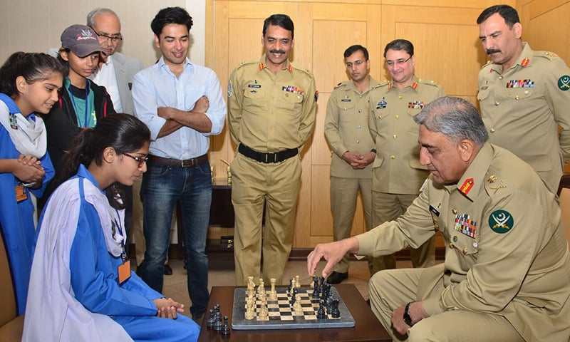 Army chief plays chess with student, lauds Pakistan's 'talented youth'