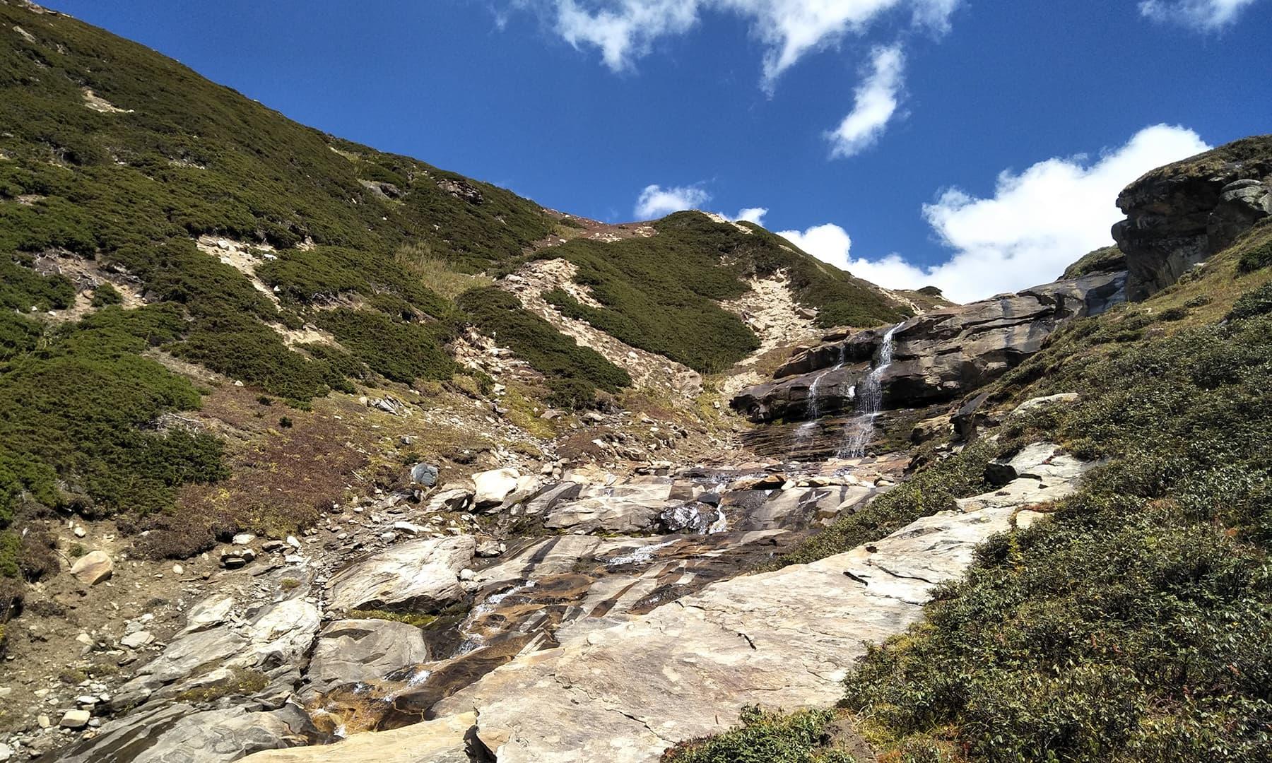 جھیل تک پہنچنے کے لیے نوری آبشار کے ساتھ ساتھ تقریبا 2 گھنٹے کی ٹریکنگ کرنی پڑتی ہے — عظمت اکبر