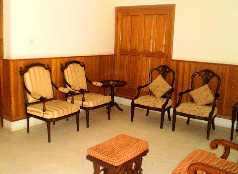 Quaid's sitting room.