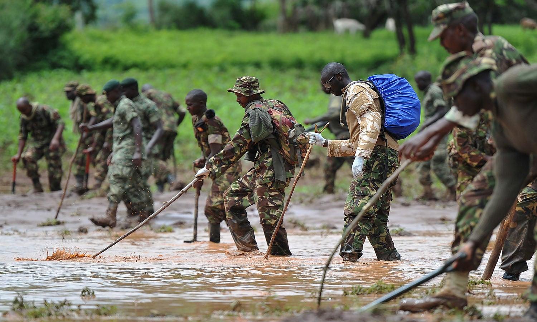 کینیا کے فوجی، امدادی کارروائیوں کے دوران کیچڑ میں لاشیں تلاش کررہے ہیں–فوٹو: اے ایف پی