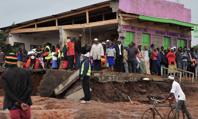 ڈیم ٹوٹنے کے باعث 2 گاؤں صفحہ ہستی سے مٹ گئے، لوگوں کو محفوظ مقام کی جانب منتقل کیا جارہا ہے— فوٹو: اے ایف پی