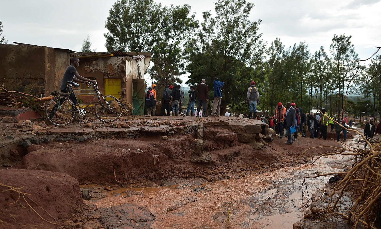 ڈیم ٹوٹنے سے آنے والے سیلاب کی لہریں 1.5 میٹر بلند تھیں، جو گھروں کے ساتھ لوگوں کو بھی بہا کر لے گئیں—فوٹو: اے ایف پی