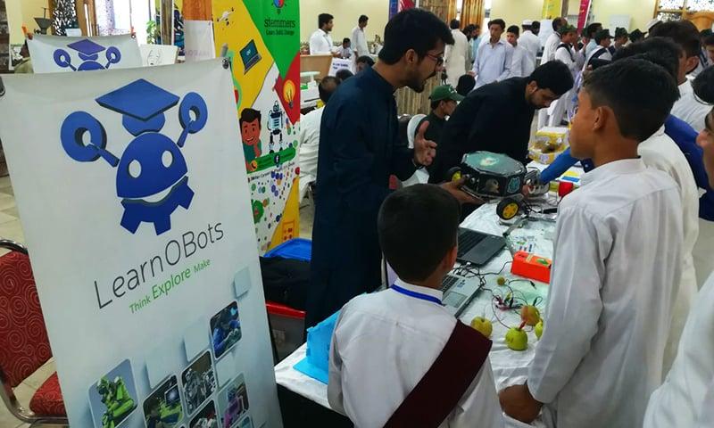 مردان میں منعقد ہونے والے سائنسی میلے میں ضلع بھر کے 300 اسکولوں کے طلباء نے حصہ لیا