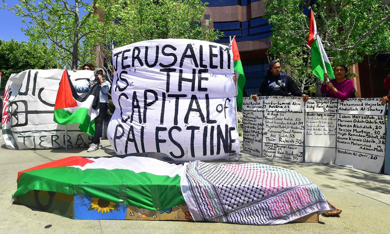 امریکی ریاست کلیفورنیا میں اسرائیلی سفارتخانے کے باہر تابوت پر فلسطینی پرچم رکھ کر احتجاج کیا گیا —فوٹو: اے ایف پی