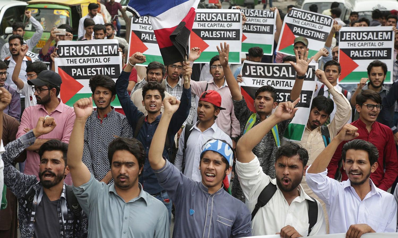 لاہور میں امریکی سفارتخانے کے باہر احتجاج کے دوران طلبہ نعرے لگاتے ہوئے — فوٹو: اے پی