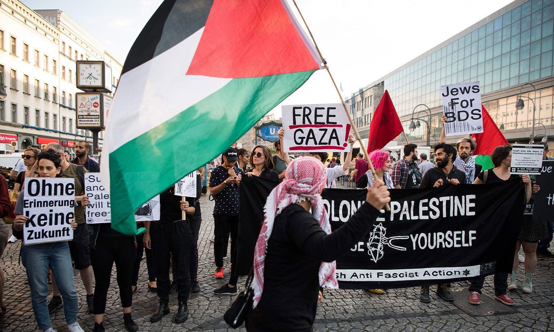 برلن میں بھی سیکڑوں افراد نے اسرائیلی مظالم کے خلاف احتجاج کیا — فوٹو : اے ایف پی