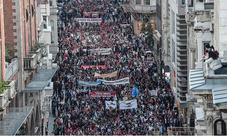 استنبول میں ہزاروں افراد نے اسرائیلی مظالم کے خلاف سڑکوں پر احتجاج کیا — فوٹو: اے ایف پی