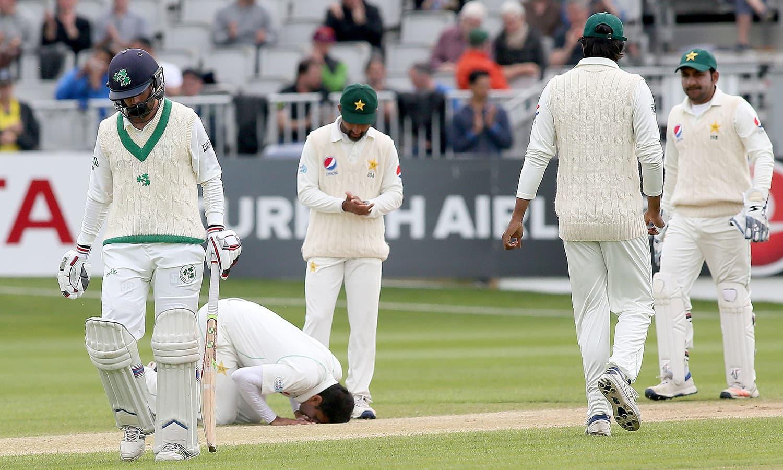 پاکستانی فاسٹ باؤلر محمد عباس دوسری اننگز میں 5وکٹیں لینے پر سجدہ شکر ادا کر رہے ہیں، انہوں نے میچ میں 9 وکٹیں لیں— فوٹو: اے ایف پی