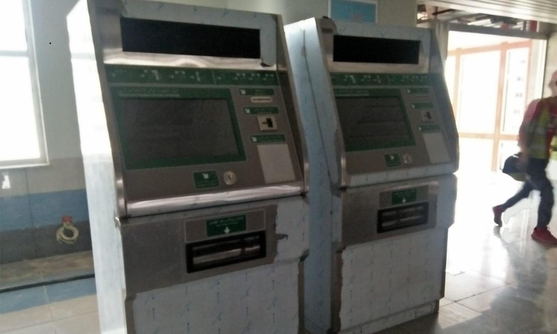پلیٹ فارم پر ٹکٹ حاصل کرنے کے لیے نصب خودکار مشینیں مسافروں کی منتظر—فوٹو: عدنان شیخ