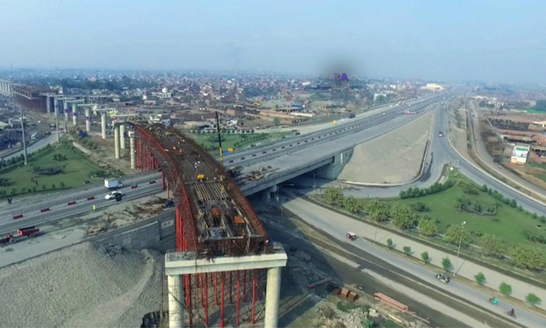 میٹرو ٹرین کے ایک ٹریک پر تعمیراتی کام تیزی سے جاری ہے—فوٹو: عدنان شیخ