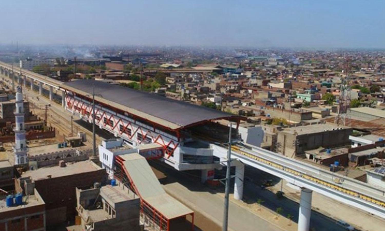 میٹرو اسٹیشن کے ایک پلیٹ فارم کا فضائی منظر—فوٹو: عدنان شیخ