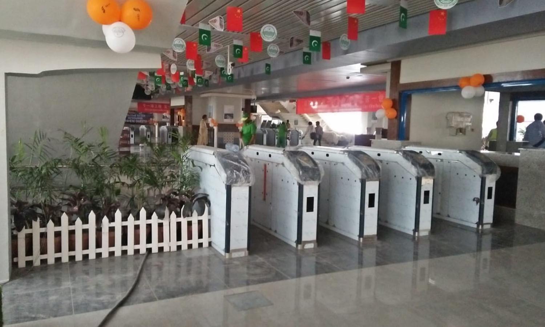 اورنج لائن ٹرین کے اسٹیشن پر متوقع آزمائشی سفر کی وجہ سے  تیاریاں جاری ہیں —فوٹو: عدنان شیخ
