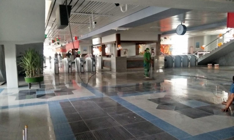 اورنج لائن ٹرین کے آزمائشی سفر کے پیش نظر اسٹیشن پرصفائی ستھرائی کا عمل جاری ہے—فوٹو: عدنان شیخ