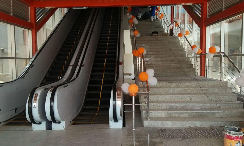 اسٹیشن پرمسافروں کی سہلوت کے لیے خودکار زینے بھی نصب کیے گئے ہیں—فوٹو: عدنان شیخ