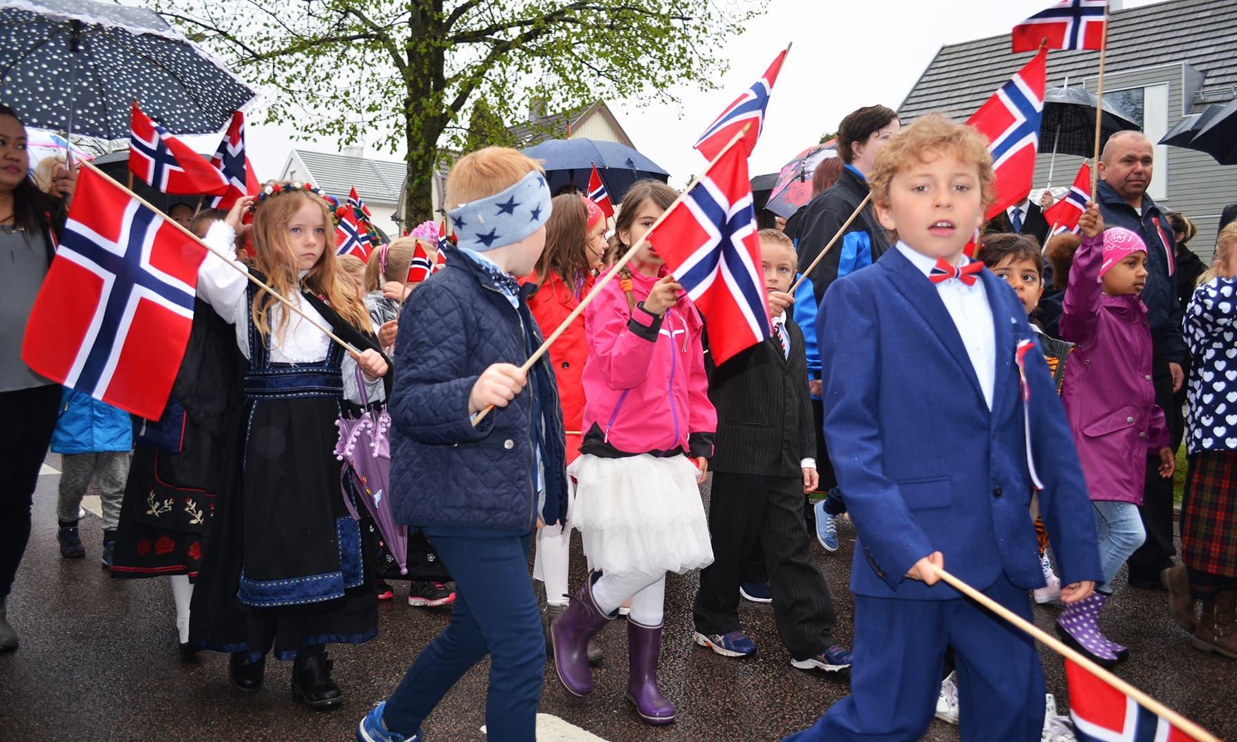 ناروے کے قومی دن پر طلباء پریڈ میں اپنی اپنی پرفامنس کا مظاہرہ پیش کرتے ہوئے جلوس کی شکل میں ٓاگے بڑھتے ہیں—تصویر رمضان رفیق