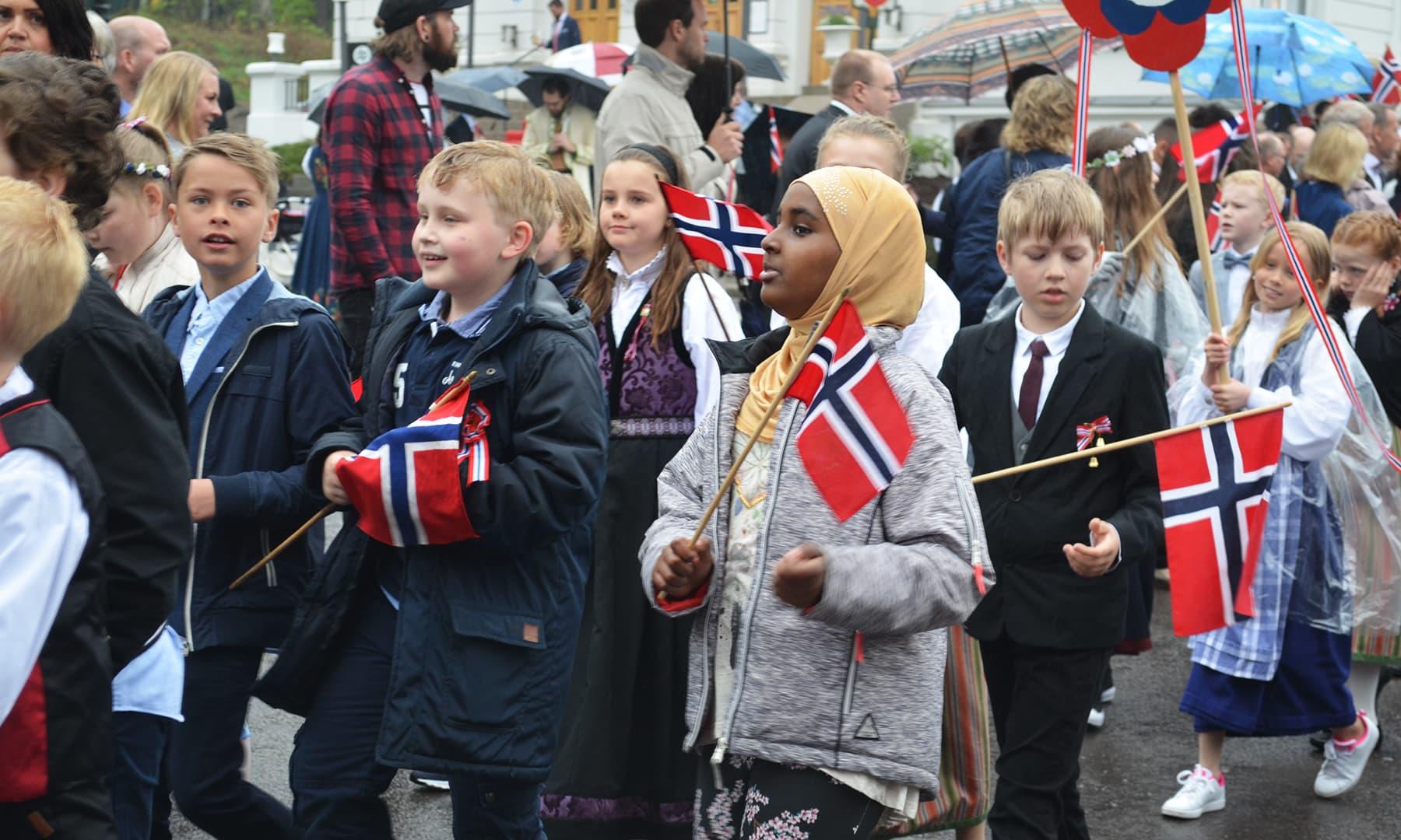 ناروے کے دیگر شہروں کی طرح سارسبرگ میں بھی قومی دن کو پریڈ کا انعقاد کیا جاتا ہے—تصویر رمضان رفیق