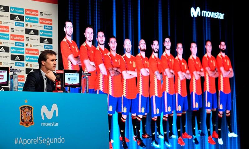 اسپین کے کوچ جیولین لوپیٹگوئی پریس کانفرنس میں ورلڈ کپ اسکواڈ کا اعلان کر رہے ہیں— فوٹو: اے ایف پی