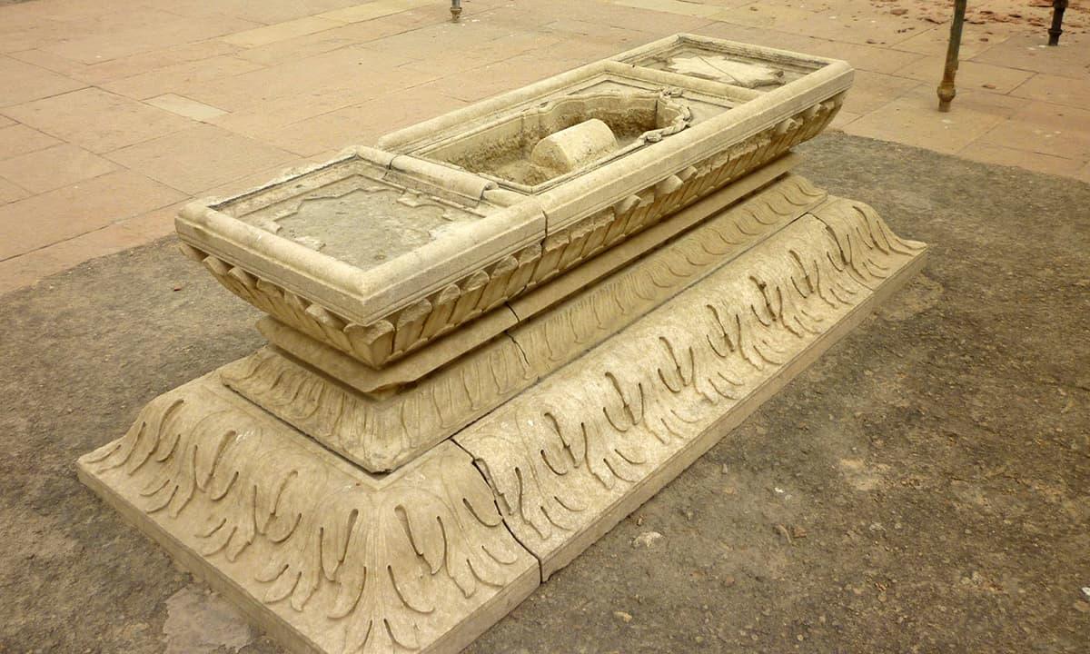 دہلی میں مقبرہ ہمایوں کے احاطے میں دارا شکوہ کی قبر۔ بشکریہ http://bymuradalibaig.blogspot.com