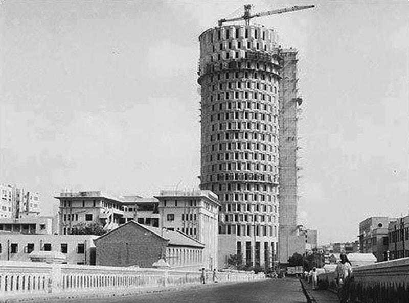کراچی میں زیر تعمیر حبیب پلازہ کا ایک منظر۔