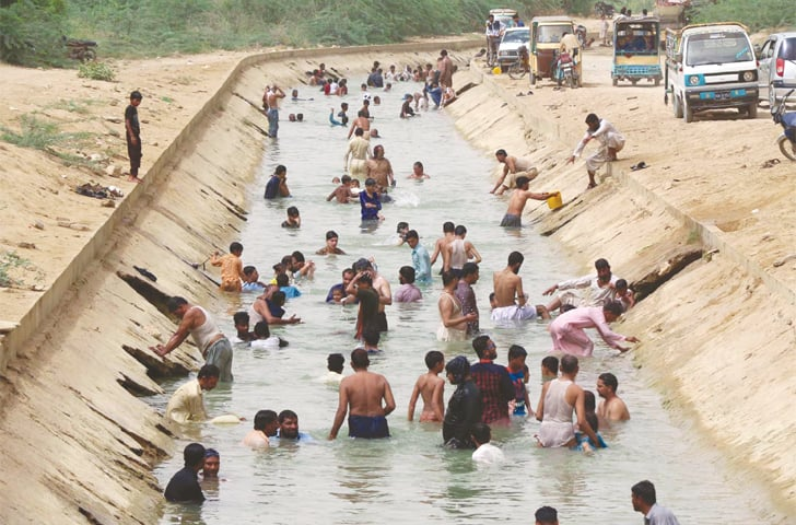 PEOPLE on Wednesday find the Hub canal, which carries drinking water to Karachi from the Hub dam, a new point to beat the heat.—Online
