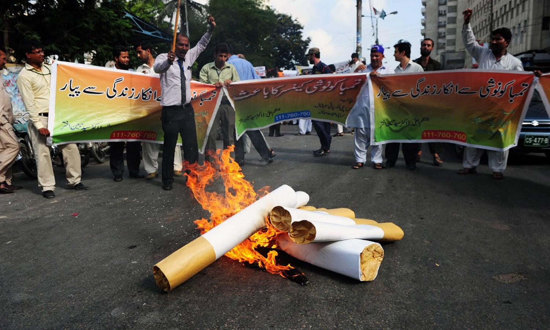 تمباکو نوشی کی حوصلہ شکنی کرنے کے لیے 90ء کی دہائی میں قانون سازی کا عمل شروع کیا گیا—اے ایف پی