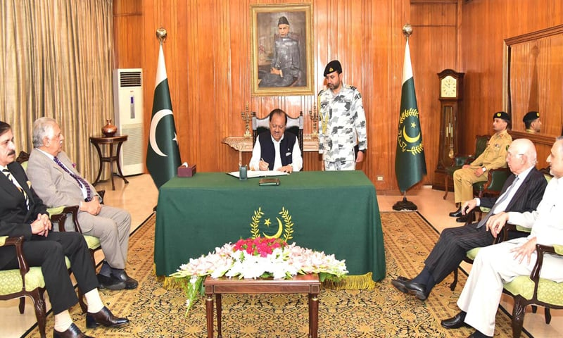 ISLAMABAD: President Mamnoon Hussain signs the 25th Constitution Amendment  Bill regarding the merger of Fata with Khyber Pakhtunkhwa at Aiwan-i-Sadr on Thursday.—INP