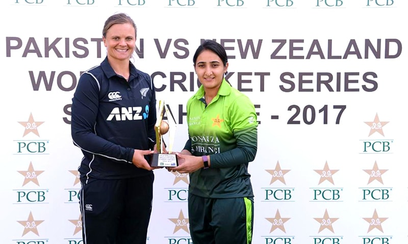 Pakistan captain Bismah Maroof and New Zealand captain Suzie Bates unveil the trophy at Sharjah Cricket Stadium ahead of the ICC Women's Championship series ODI match in November 2017.—Photo by ICC