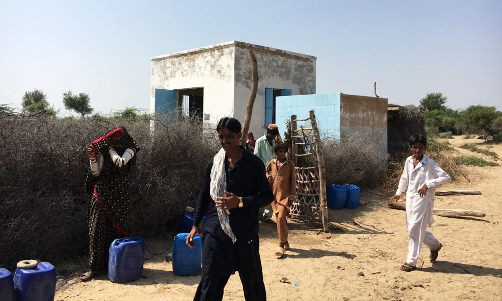 Locals queue up to fetch water from an RO  plant in Tharparkar. — Photo by Author