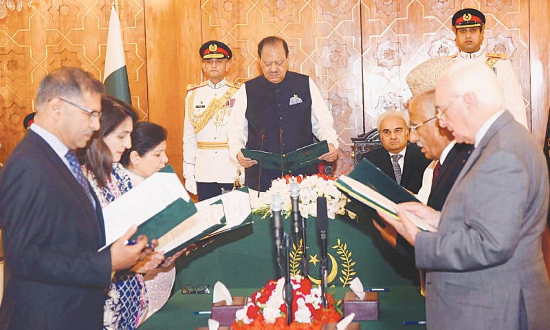 ISLAMABAD: President Mamnoon Hussain swearing in the six-member cabinet during a ceremony at the Presidency on Tuesday. Caretaker Prime Minister retired justice Nasirul Mulk is also seen.—APP