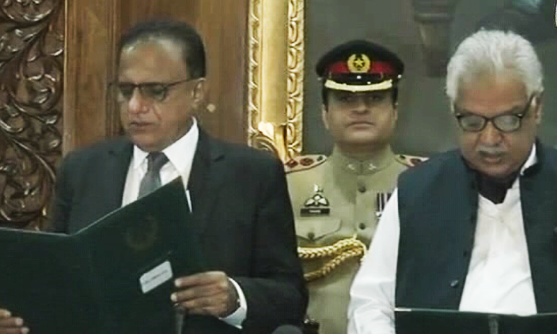 Governor Iqbal Zafar Jhagra administering the oath to Former Supreme Court Justice Dost Muhammad Khan — DawnNewsTV