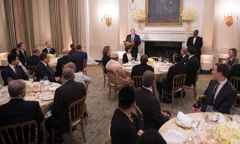 لگ بھگ گزشتہ ڈیڑھ سال سے برسرِ اقتدار صدر ٹرمپ کے دورِ صدارت میں وائٹ ہاؤس کی جانب سے دی جانے والی یہ پہلی دعوتِ افطار تھی جس میں سعودی عرب، کویت، اردن، متحدہ عرب امارات اور دیگر مسلم ملکوں کے امریکہ میں تعینات سفیر اور ٹرمپ کابینہ کے ارکان شریک ہوئے  — فوٹو: اے ایف پی